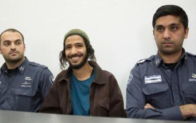 """Yakir Ashbel (au centre), le marié du """"mariage de la haine"""", est présenté devant la cour de Jérusalem le 31 décembre 2015. (Crédit : Flash90)"""