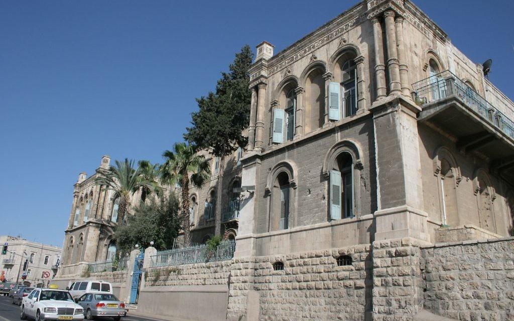 Un ancien térébinthe atlantique à l'Hôpital français de Jérusalem, en face de la Vieille Ville. (Crédit : Shmuel Bar-Am)