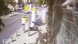 """Image de Alaa Abu Jamal poignardant des passants pendant un attaque terroriste à Jérusalem le 15 octobre 2015. L'attaque est saluée dans le clip de """"Amoureux des attaques au couteau"""", pendant que la vidéo de l'attaque est montrée. (Crédit : capture d'écran YouTube)"""