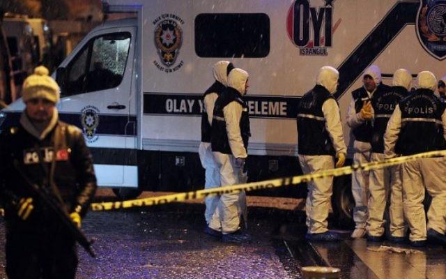 Un policier sur les lieux de l'enquête après un attentat suicide commis par une femme kamikaze qui s'est faite exploser dans une station de police du quartier le plus touristique d'Istanbul, en Turquie, le 6 janvier 2015. (Crédit : AFP/OZAN KOSE)