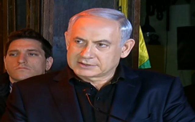 Benjamin Netanyahu sur les lieux de la fusillade de Tel Aviv, le 2 janvier 2016 (Crédit : capture d'écran Dixième chaîne)