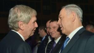 Le Premier ministre Benjamin Netanyahu (à droite) avec le chef du Mossad Tamir Pardo sortant lors d'une cérémonie d'adieu pour Pardo à Tel Aviv le 5 janvier 2016 (Crédit photo: Kobi Gideon / GPO)