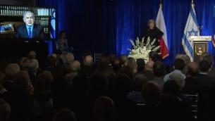 Le Premier ministre Benjamin Netanyahu prononce par satellite un discours à la cérémonie de la Journée internationale de l'Holocauste à l'Ambassade d'Israël à Washington, le 27 janvier 2016 ( Capture d'écran YouTube)