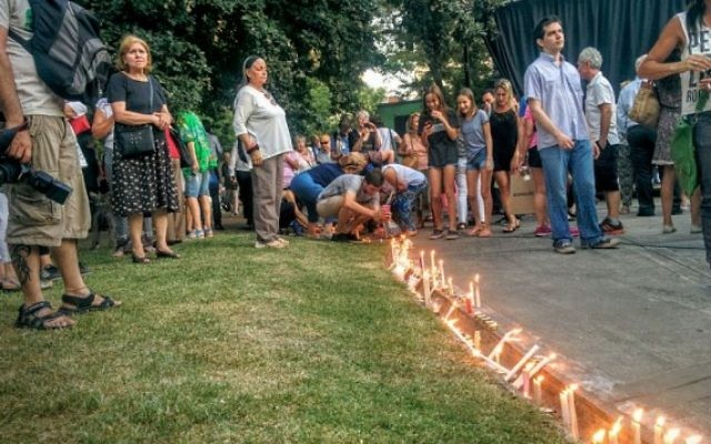 Des Argentins allument des bougies sur la place Alemania de Buenos Aires lors de la cérémonie d'hommage au procureur argentin Alberto Nisman, présumé assassiné, le 18 janvier 2016. (Crédit : Ilan Ben Zion/The Times of Israel)