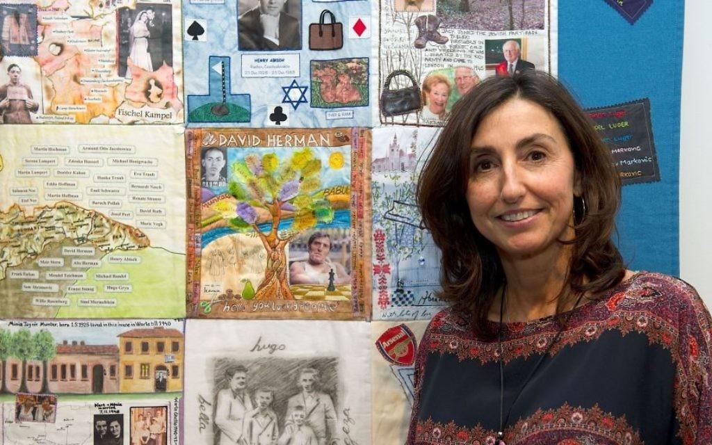 """Julia Burton, fille de l'un des """"Garçons"""" et organisatrice de l'exposition sur les patchworks de la mémoire. (Crédit : Musée juif de Londres)"""