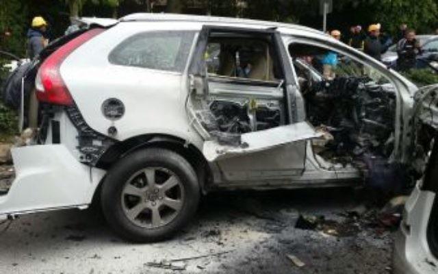 Carcasse d'une voiture explosée dans une attaque du crime organisé près de la bourse de Tel Aviv, le 19 janvier 2016. (Crédit : porte-parole de la police)