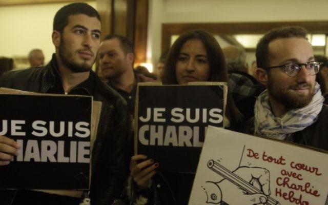 Des personnes avec des pancartes 'Je suis Charlie', pendant un rassemblement de solidarité devant la résidence de l'ambassadeur de France à Jaffa, Israël, le 8 janvier 2015. (Crédit : Amir Levy/Flash90)