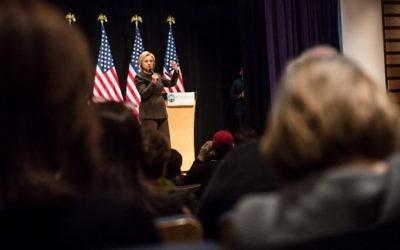 La candidate à l'investiture du parti démocrate Hillary Clinton parlant lors d'un meeting de campagne à la Fédération juive du Grand Des Moines le 24 janvier 2016, à Des Moines, dans l'Iowa (Crédit photo: Brendan Hoffman / Getty Images / AFP)