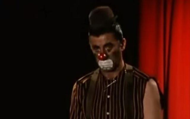 """Une capture d'écran d'une scène de """"The Day the Clown Cried,"""" un film jamais sorti réalisé par le comédien Jerry Lewis (Crédit : Capture d'écran YouTube)"""