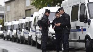 La police française pendant une opération à La Courneuve, près de Paris, le 27 août 2015. (Crédit : Miguel Medina/AFP/Getty Images, via JTA)