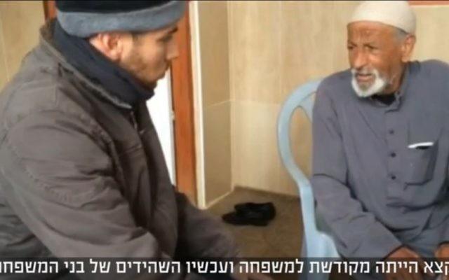 Hussein Dawabsha avec un journaliste de NRG, le 3 janvier 2016. (Crédit : capture d'écran)