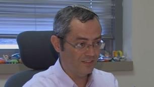 Le professeur Dror Fixler, de l'université Bar-Ilan (Crédit : Capture d'écran YouTube)