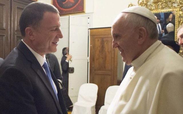 Yuli Edelstein, président de la Knesset, et le pape François à Rome, le 17 janvier 2015. (Crédit : porte-parole de la Knesset)
