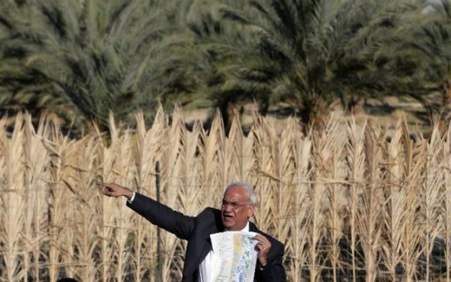 Le négociateur palestinien en chef Saeb Erekat montre une carte à des journalistes près de la ville palestinienne de Jéricho, le 20 janvier 2016. (Crédit : AFP/AHMAD GHARABLI)