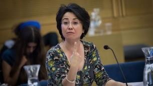 La députée Hanin Zoabi de la Liste arabe unie lors d'une réunion d'une commission à la Knesset, le 2 novembre 2015 (Crédit photo : Miriam Alster / Flash90)