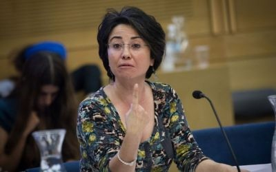 La députée Hanin Zoabi de la Liste arabe unie lors d'une réunion d'une commission à la Knesset, le 2 novembre 2015. (Crédit : Miriam Alster/Flash90)