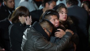 La famille du capitaine Yishai Rosales pendant ses funérailles, le 7 janvier 2016. (Crédit : Yonatan Sindel/Flash90)