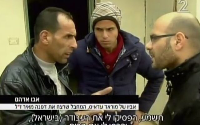 Abu Adham (à gauche), père du Palestinien de 15 ans arrêté pour des présomptions d'assassinat de Dafna Meir, 38 ans, dans sa maison d'Otniel le 17 janvier 2016. (Crédit : capture d'écran Deuxième chaîne)