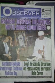 Rencontre entre l'ambassadeur Hirschson et le président Jammeh sur la première page du Daily Observer de la Gambie (Crédit : Ambassade d'Israël, Dakar)
