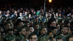 Amis et membres de la famille assistent aux funérailles du capitaine Yishai Rosales, au cimetière militaire du mont à Jérusalem, le 7 janvier 2016. (Crédit : Yonatan Sindel/Flash90)