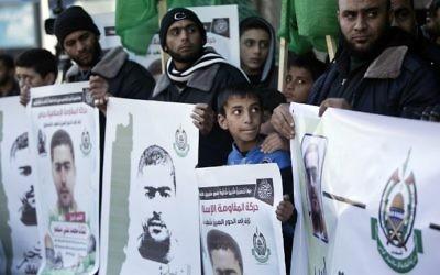 Des soutiens palestiniens du Hamas rendent hommage à Nashat Milhem, qui a tué trois Israéliens dans des fusillades à Tel Aviv le 1er janvier 2016, pendant un rassemblement à Gaza le 9 janvier 2016. (Crédit : AFP/Mahmud Hams)