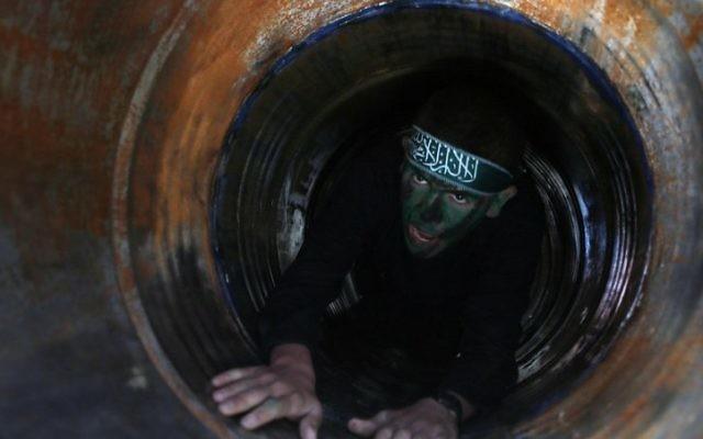 Un jeune Palestinien dans un tunnel lors d'une cérémonie de fin d'un camp d'entraînement dirigé par le Hamas à Khan Yunis, dans le sud de la bande de Gaza, le 29 janvier 2015. (Crédit : Saïd Khatib/AFP)