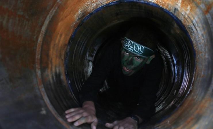 Un jeune Palestinien rampant dans un tunnel lors d'une cérémonie de remise des diplômes pour un camp d'entraînement dirigé par le Hamas à Khan Yunis, dans le sud de la bande de Gaza, le 29 janvier 2015. (Crédit : Saïd Khatib/AFP)