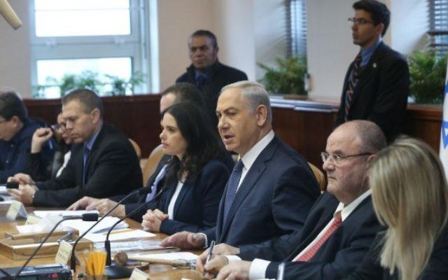 Le Premier ministre Benjamin Netanyahu dirige la réunion hebdomadaire du gouvernement à Jérusalem le 3 janvier 2016 (Crédit photo: Alex Kolomoisky / POOL)