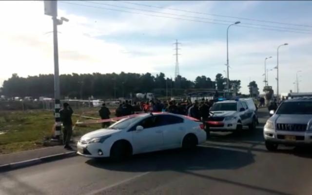 La police sur les lieux d'une attaque au couteau au carrefour du Gush Etzion en Cisjordanie, le 5 janvier 2016 (Capture d'écran: MDA)