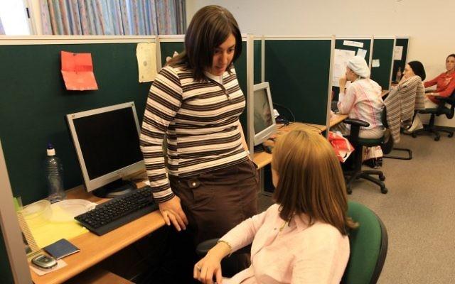 Des femmes ultra-orthodoxes sur leur lieu de travail (Credit photo: Nati Shohat / Flash90)