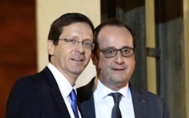 Le président français François Hollande (à droite) avec le dirigeant du parti de l'Union sioniste, Isaac Herzog après une réunion à Paris, au palais de l'Elysée, le 22 janvier 2016. (Crédit : AFP / ERIC FEFERBERG)