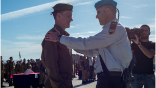 Seth, dont le nom n'a pas été révélé, salue après avoir reçu une récompense de son commandant de bataillon pour sa bravoure, le 6 janvier 2016. (Unité de porte-parole de Tsahal)