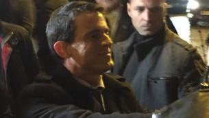 Manuel Valls saluant la foule, le 9 janvier 2016, devant l'Hyper Cacher (Crédit : Charlotte Guimbert)