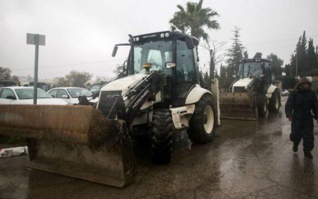 La ville de Jérusalem prépare des tracteurs pour dégager la neige, le 24 janvier 2016. (Crédit : Yonatan Sindel/Flash90)