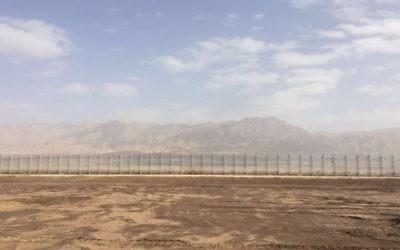 Une clôture en construction à la frontière entre Israël et la Jordanie. (Crédit : ministère de la Défense)
