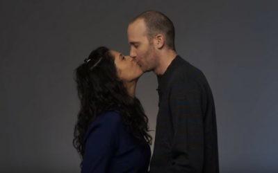 """Extrait de la vidéo """"Juifs et arabes s'embrassent"""" de Time Out Tel Aviv. (Crédit : capture d'écran YouTube)"""