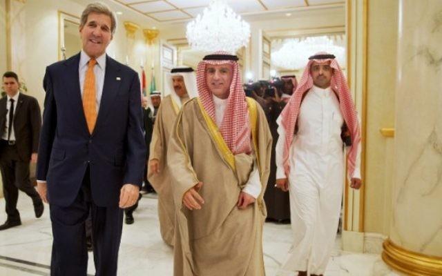 Le secrétaire d'Etat américain John Kerry et le ministre des Affaires étrangères saoudien Adel al-Jubeir arrivent à une conférence de presse commune suivant une réunion avec les ministres des Affaires étrangères de six pays du Golfe à la base aérienne du roi Salmane à Riyad, le 23 janvier 2016. (Crédit : AFP/POOL/Jacquelyn Martin)