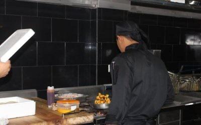 Dans les cuisines du fast food Kosher Pita Grill en Equateur (Facebook)