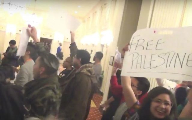 Les manifestants anti-israéliens en train de perturber un événement au Jerusalem Open House de la Task Force LGBTQ, la conférence Creating Change à Chicago, le vendredi 22 janvier 2016 (Crédit : Capture d'écran YouTube)