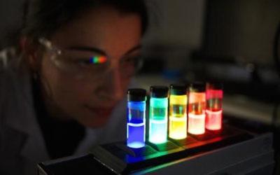 Un chercheur de Merck qui travaillle sur des matériaux quantiques (Crédit : PRNewsFoto / Merck KGaA)