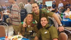 Des soldats seuls israéliens originaires des Etats-Unis pendant un diner de Thanksgiving le 26 novembre 2015. (Crédit : Simona Weinglass/Times of Israel)