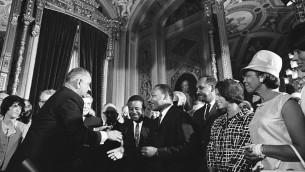 Peu après le vote de la loi sur les droits civiques en 1965 (Voting Rights Act), le président Lyndon B. Johnson embrasse le Dr Martin Luther King. (Crédit : Wikimedia Commons)