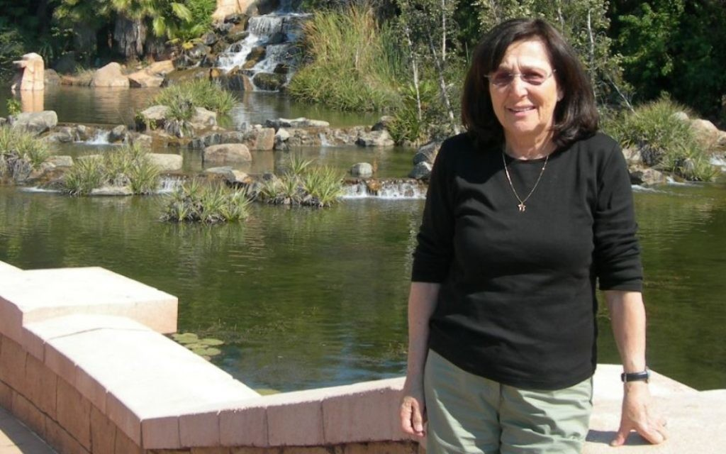 """Marta Wise, survivante d'Auschwitz, porte une chaîne avec un """"hai"""", """"vie"""" en hébreu. (autorisation)"""