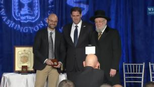 Des médailles des Justes parmi les nations ont été décernées par l'ambassadeur Ron Dermer et l'ancien grand rabbin d'Israël Yisrael Meir Lau lors d'une cérémonie de commémoration de la Shoah à l'ambassade d'Israël à Washington, le 27 janvier 2016 (Capture d'écran YouTube)