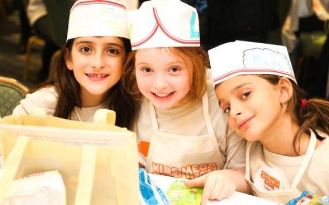 Plus de 1100 enfants ont appris à faire une hallah pendant cet évènement à New York, le 12 janvier 2016. (Crédit : Benams Photo/autorisation du Chabad via JTA)