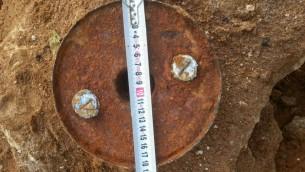 Des ouvriers ont découvert une mine antitank sur un chantier de Netanya, le 17 janvier 2016. (Crédit : police israélienne)
