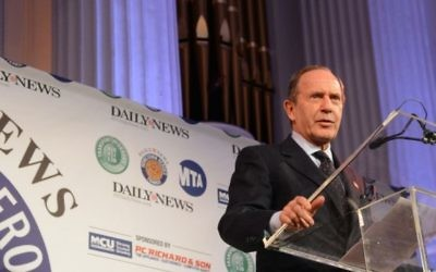 "Mortimer Zuckerman le 29 janvier 2013 pendant un évènement accueilli par le ""New York Daily News"", qu'il possède. (Crédit : Wikipedia/MTA New York City Transit/Marc A. Hermann/CC BY 2.0)"