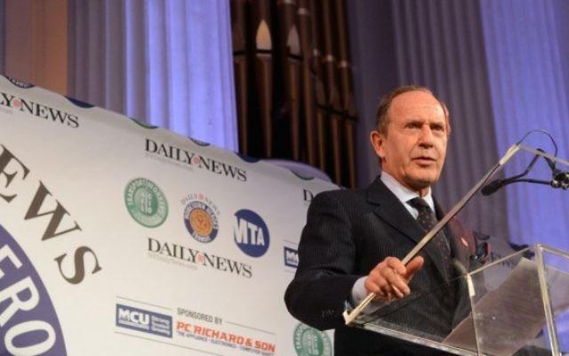 """Mortimer Zuckerman le 29 janvier 2013 pendant un évènement accueilli par le """"New York Daily News"""", qu'il possède. (Crédit : Wikipedia/MTA New York City Transit/Marc A. Hermann/CC BY 2.0)"""