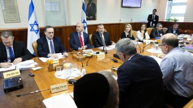Le Premier ministre Benjamin Netanyahu, au centre, pendant la réunion hebdomadaire du cabinet, à Jérusalem, le 17 janvier 2015. (Crédit : Amit Shabi/POOL)