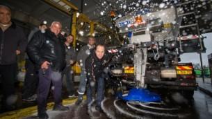 Le maire de Jérusalem Nir Barkat contrôle les préparatifs pour la neige, attendues à Jérusalem cette semaine, le 24 janvier 2016. (Crédit : Yonatan Sindel/Flash90)